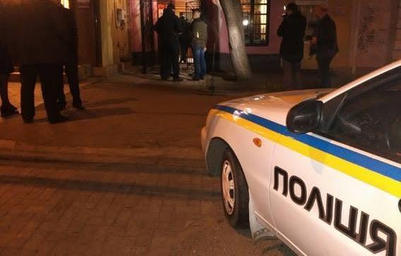 Нетверезий житель Хуста зайшов у магазин алкоголю, вибивши дверний склопакет