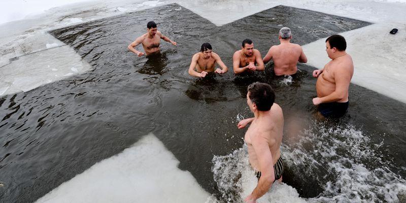 Мукачівські рятувальники дали поради, як уберегтися від переохолодження під час хрещенського купання