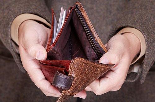 У центрі Мукачева на зупинці пенсіонерка вкрала від жінки гаманець з грошима