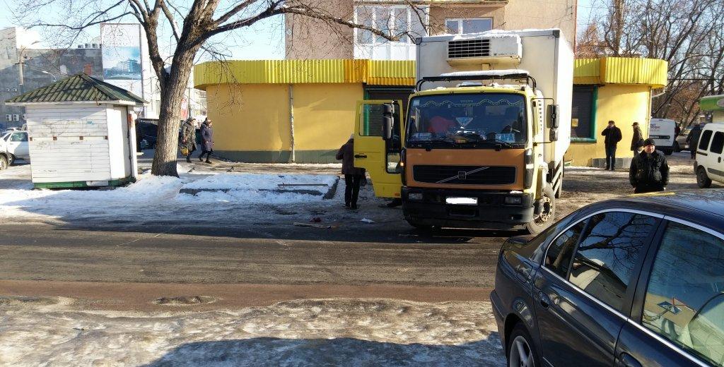 Жінка підзковзнулась на тротуарі і впала під вантажівку