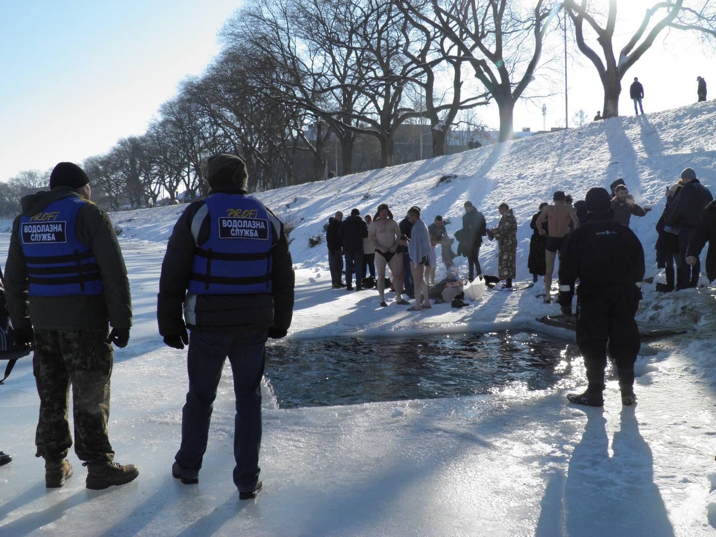 Рятувальники охороняють безпеку вірян, які прийшли здійснити обряд занурення у воду