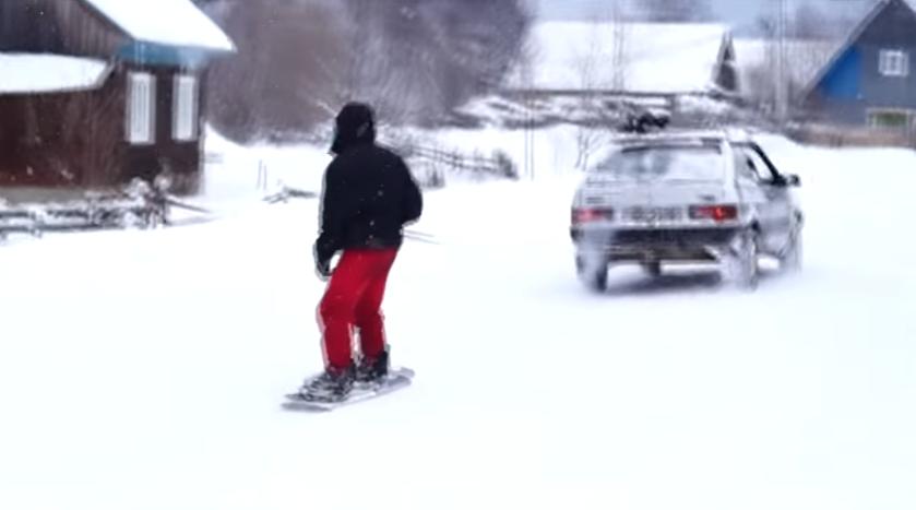 Екстремали влаштували веселе катання на сноуборді, причипившись тросом за автомобіль