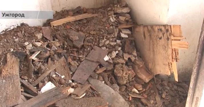 У будівлі, в якій ще кілька днів тому працювало поштове відділення, обвалилась частина даху