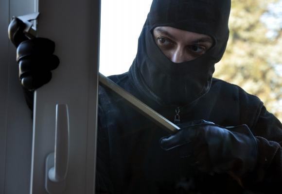 Невідомі в масках увірвались у будинок, зв'язали господаря та пограбували оселю, – ЗМІ