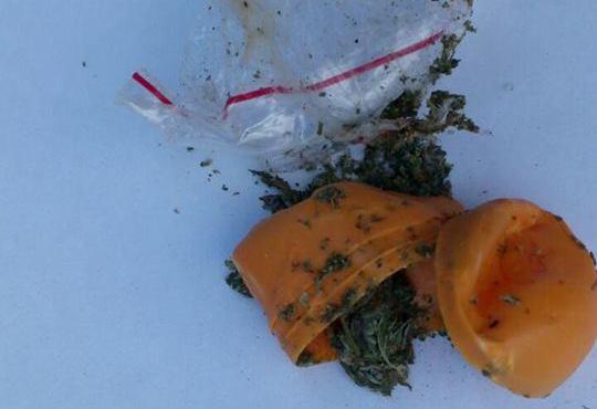 В Ужгороді молодик намагався від патрульних у роті сховати марихуану