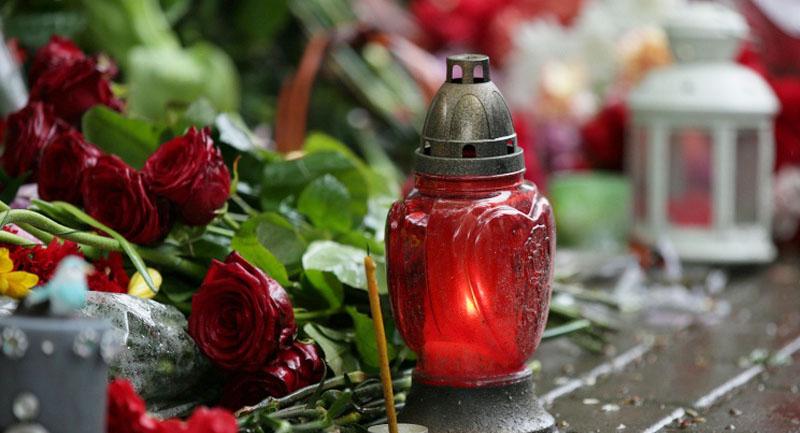 Ужгородці приносять квіти та свічки до Генконсульства Угорщини через загибель дітей в Італії