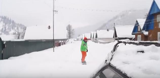 Закарпатські екстремали влаштували катання на сноубордах вулицями села Лопухово