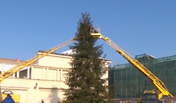 Розпочато демонтаж головної ялинки Ужгорода