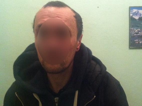 У Мукачеві затримали двох грабіжників, які побили господаря оселі і відібрали його речі