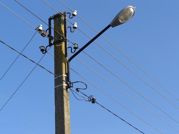 На вулицях Легоцького та Перемоги в Ужгороді комунальники відновлюють мережі вуличного освітлення