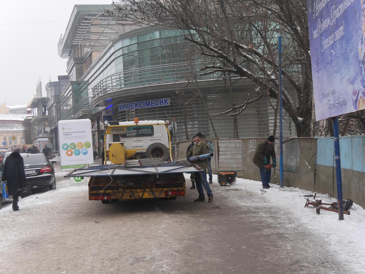 Біля Альпінарію в Ужгороді демонтували конструкцію для білбордів