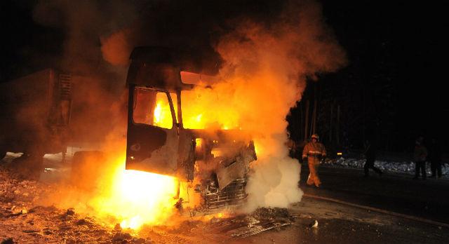 На Виноградівщині загорілась вантажівка із сербськими номерами