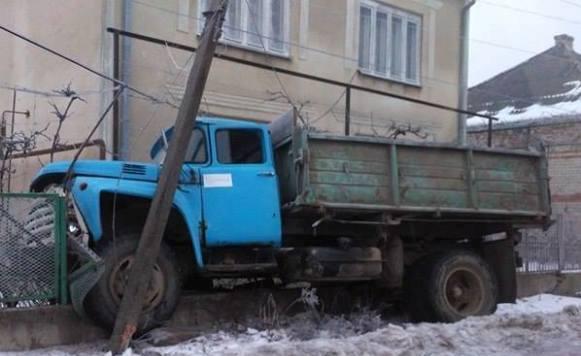 У Виноградові вночі вантажівка влетіла в огорожу