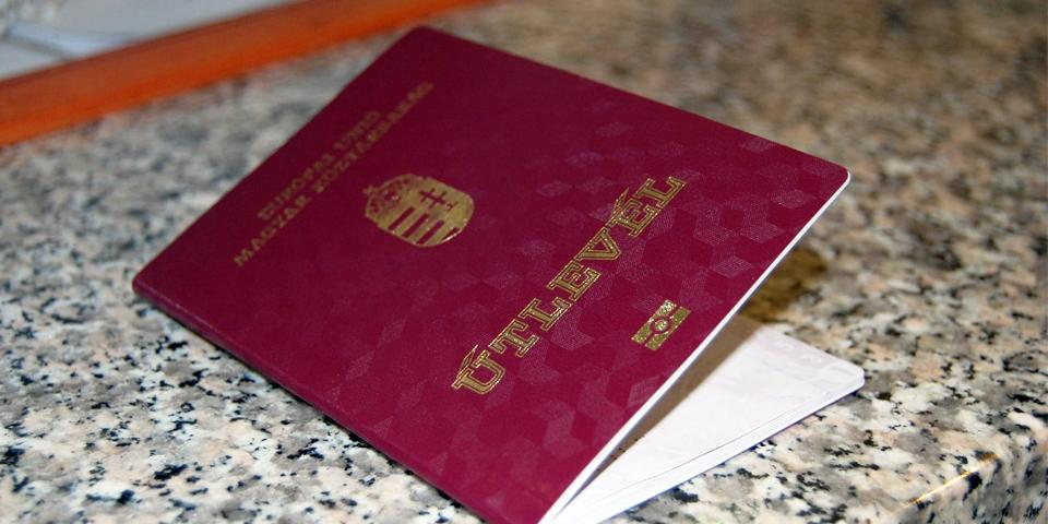 """ЗМІ: """"Підозрюваний у хабарі ужгородський чиновник втік по угорському паспорту за кордон"""""""