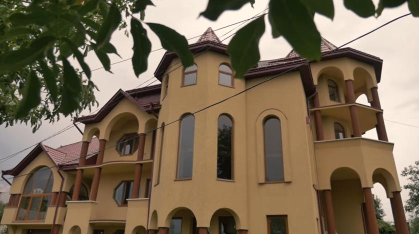 """Найбагатше село та найбідніше поселення ромів в Закарпатті: порівняння від проекту """"Ukraїner"""""""