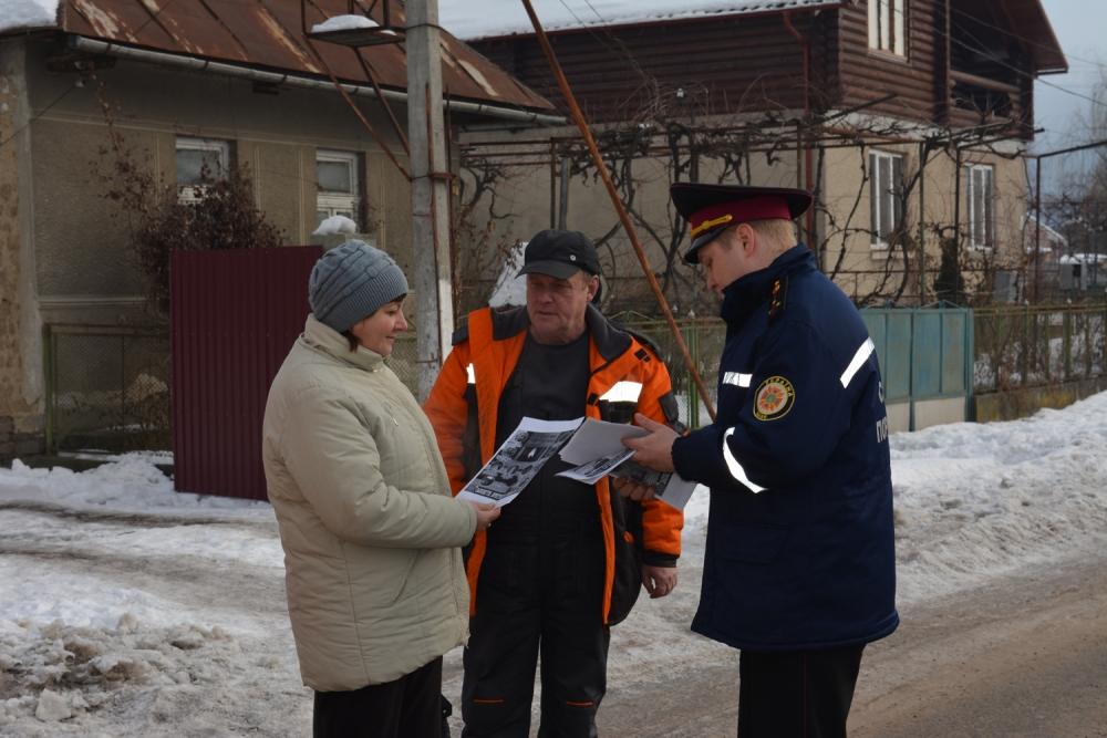 Жителів Ужгородщини рятувальники навчали правилам безпеки у побуті