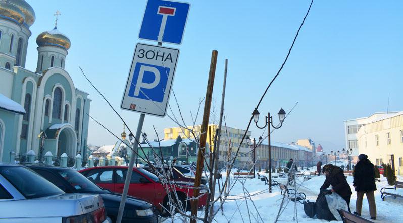 У Хусті за останній час водії пошкодили вже кілька дорожніх знаків