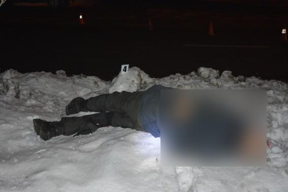 """Смертельна ДТП на Тячівщині: біля однієї з АЗС водій """"Audi"""" наїхав на пішохода і втік з місця пригоди"""