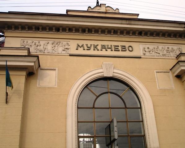 """Було зупинено 5 потягів та евакуйовано близько 70 людей: деталі вчорашнього """"замінування"""" залізничного вокзалу Мукачева"""