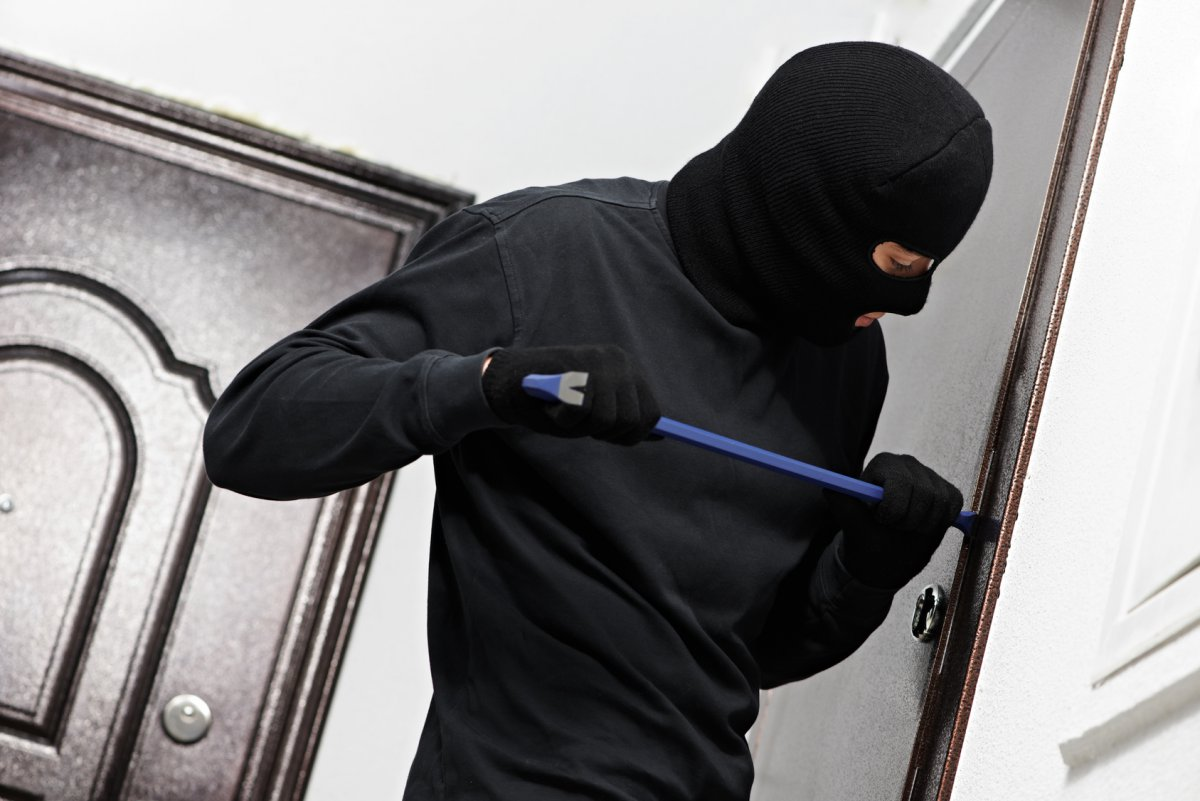 Поліцейські Мукачева затримали чоловіка, який скоїв крадіжку з будинку