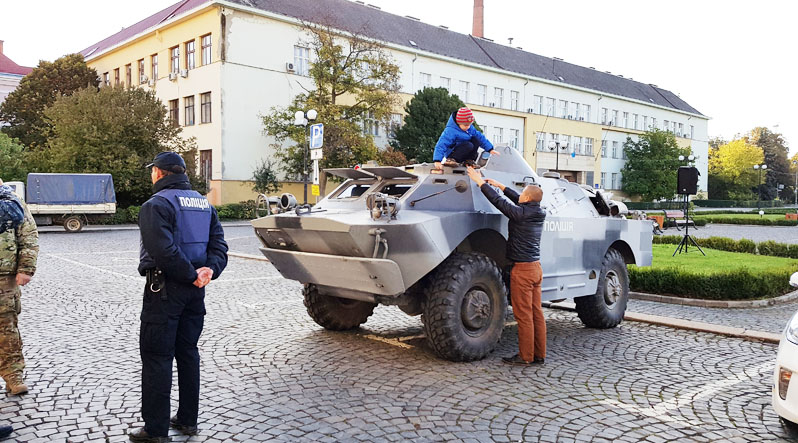 Ужгородців просять не лякатись бойової техніки та спецпризначенців на вулицях міста