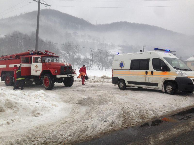 """""""Швидка"""" забуксувала, але допомогли рятувальники: історія допомоги важкохворому закарпатцю"""