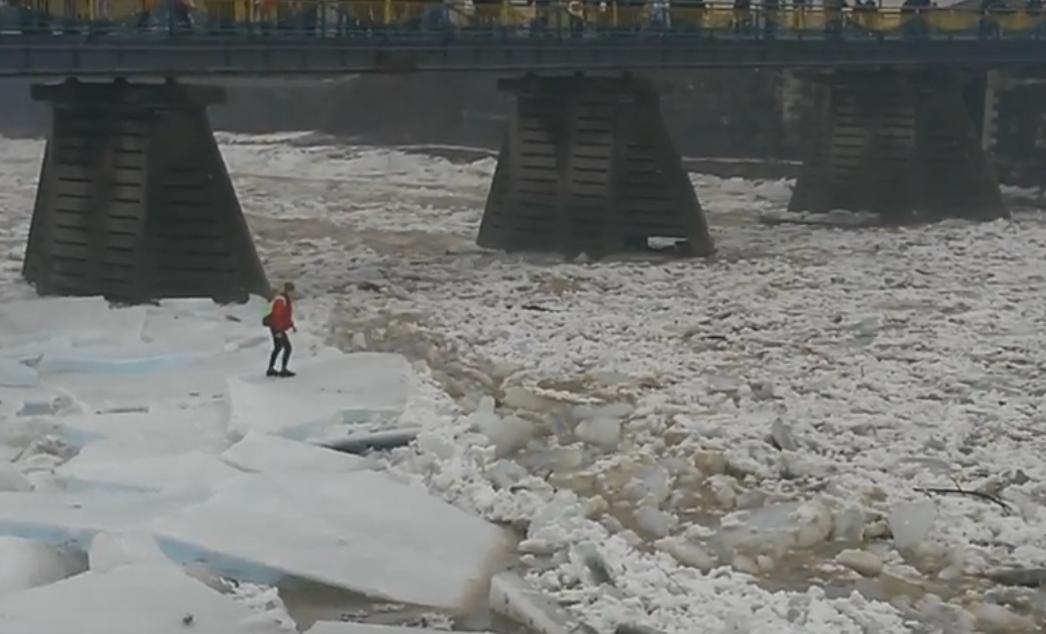 Ужгородський екстремал влаштував танці на крижаних брилах на річці Уж