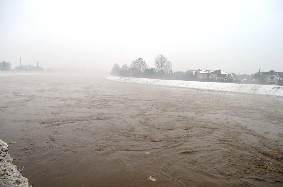 Біля Чопа затопило частину автошляху Тисянка-Геївці, рух транспорту закрито