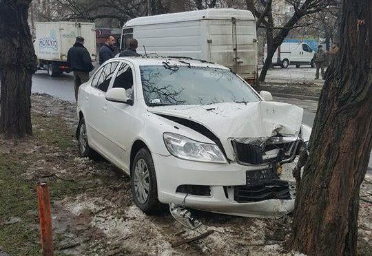 """В Ужгороді зіткнулись """"Шкода"""" та мікроавтобус. Легкових відкинуло на узбіччя, де він в'їхав у дерево"""