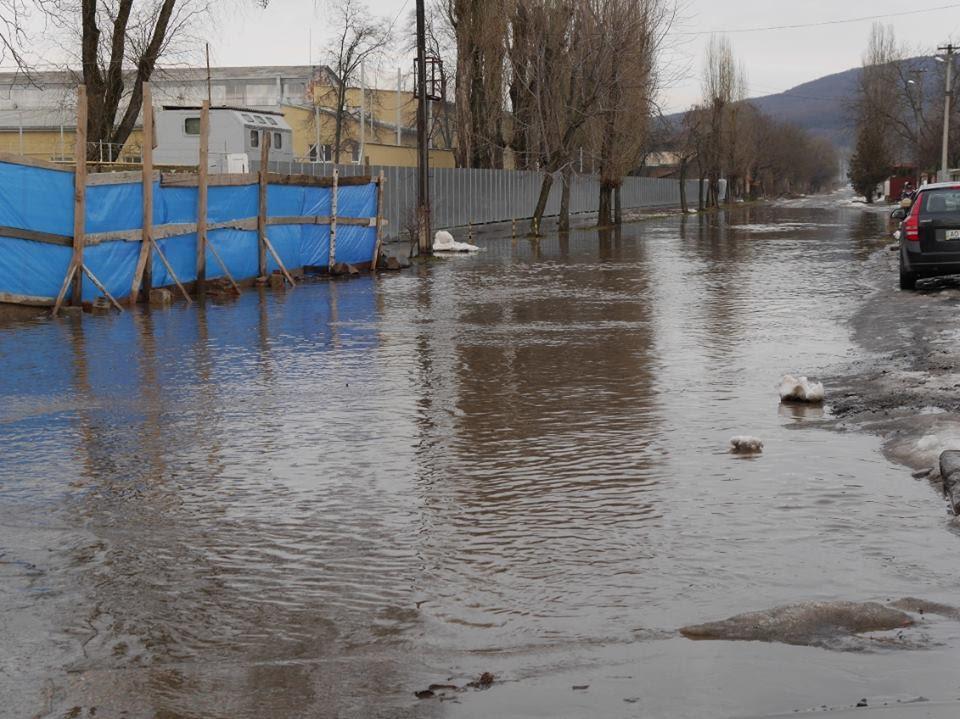 Одна із вулиць Ужгорода вже третю добу затоплена