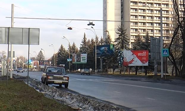 """На прозваному в народі """"переході смерті"""" на вулиці Минайській в Ужгороді встановили світлофор"""