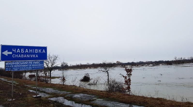 """На Мукачівщині розлилася річка Стара: є ймовірність підтоплення траси """"Київ-Чоп"""""""