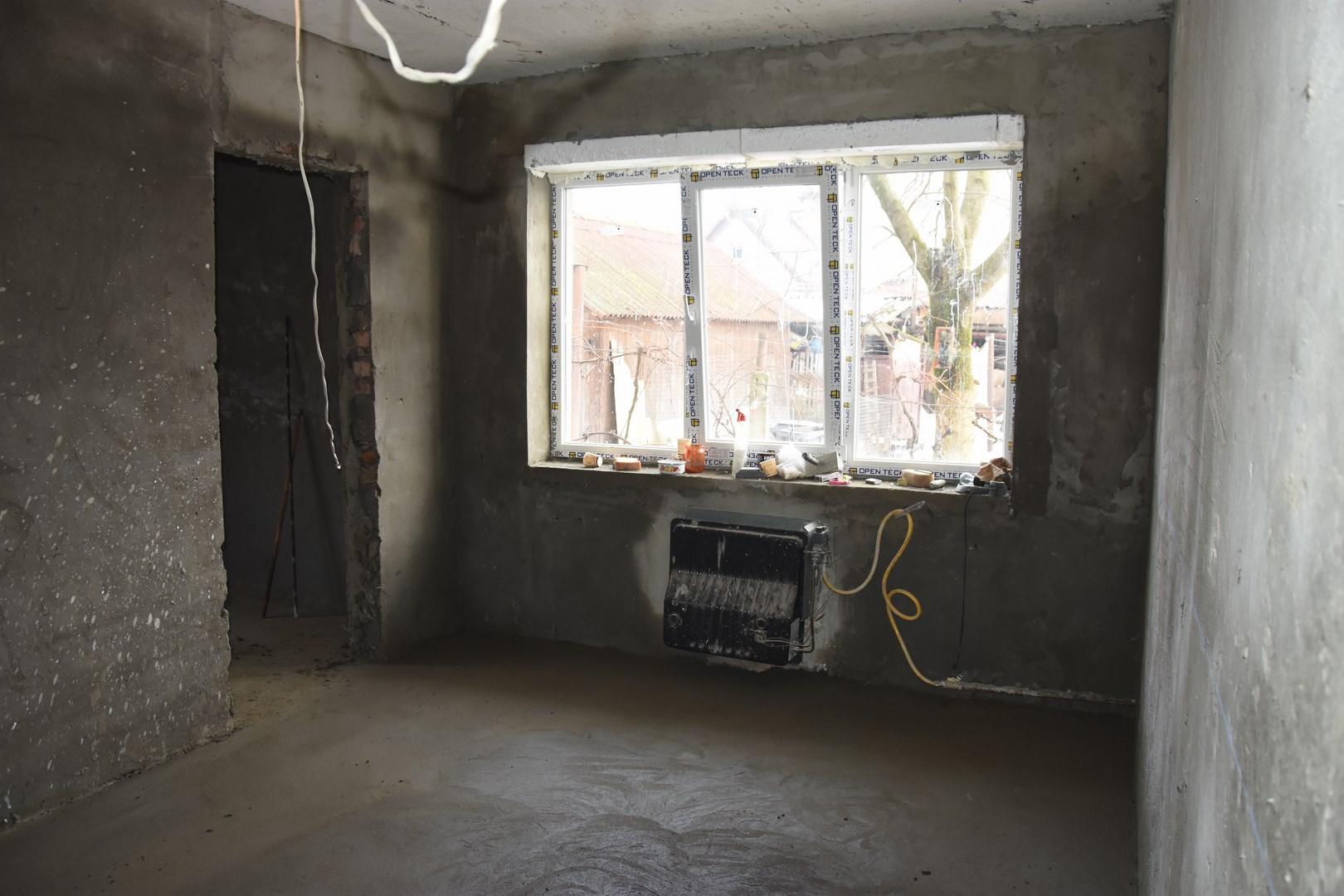 Іршавчани спільними зусиллями ремонтують квартиру, яка вигоріла вщент