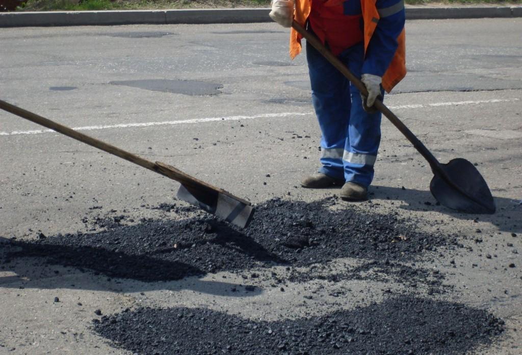 На вулицях Легоцького та 8 Березня в Ужгороді почали ямковий ремонт