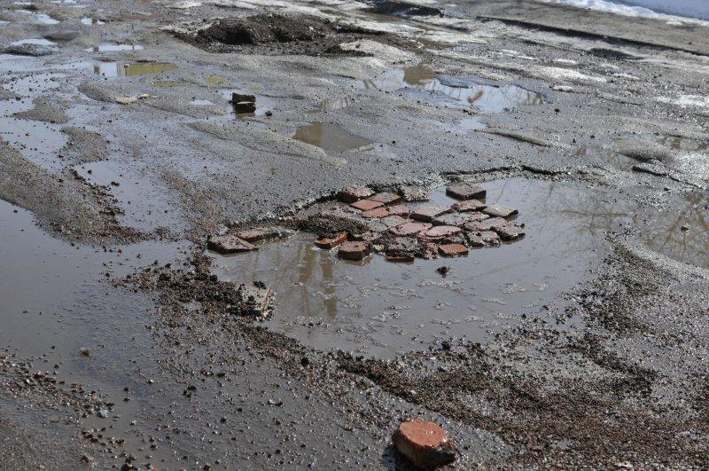 Після відлиги ужгородські дороги вкрились суцільними ямами