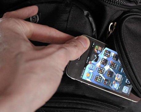 Ужгородські поліцейські затримали вуличного грабіжника, який продав крадений телефон
