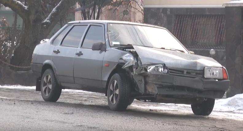 У Мукачеві водій в'їхав у бетонний стовп. Від удару опора розсипалась