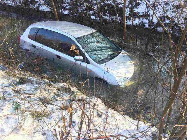 Неподалік Мукачева жінка, з'їхавши у кювет, втопила своє авто