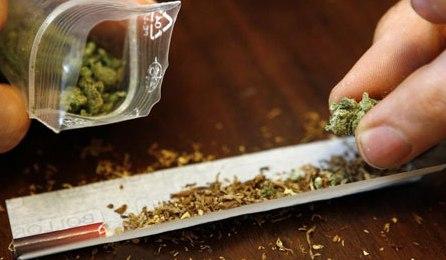 У Мукачеві поліцейські виявили у 29-річного чоловіка наркотики та пристрій для куріння