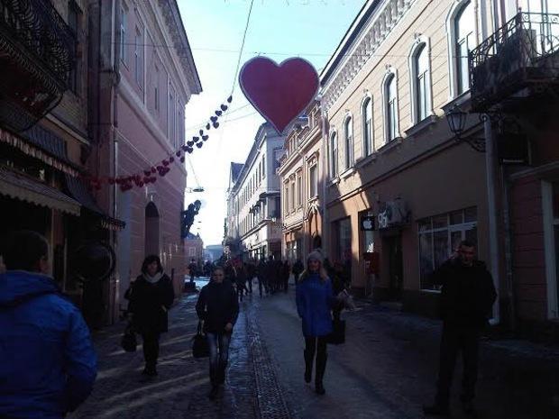 У центрі Ужгорода з'явилася велетенська валентинка