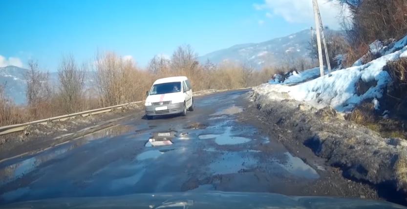 Після зими дороги у Хустському районі перебувають у жахливому стані