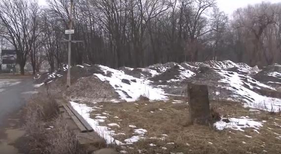 Неподалік Боздоського парку в Ужгороді утворились гори зі сміття та брудного снігу