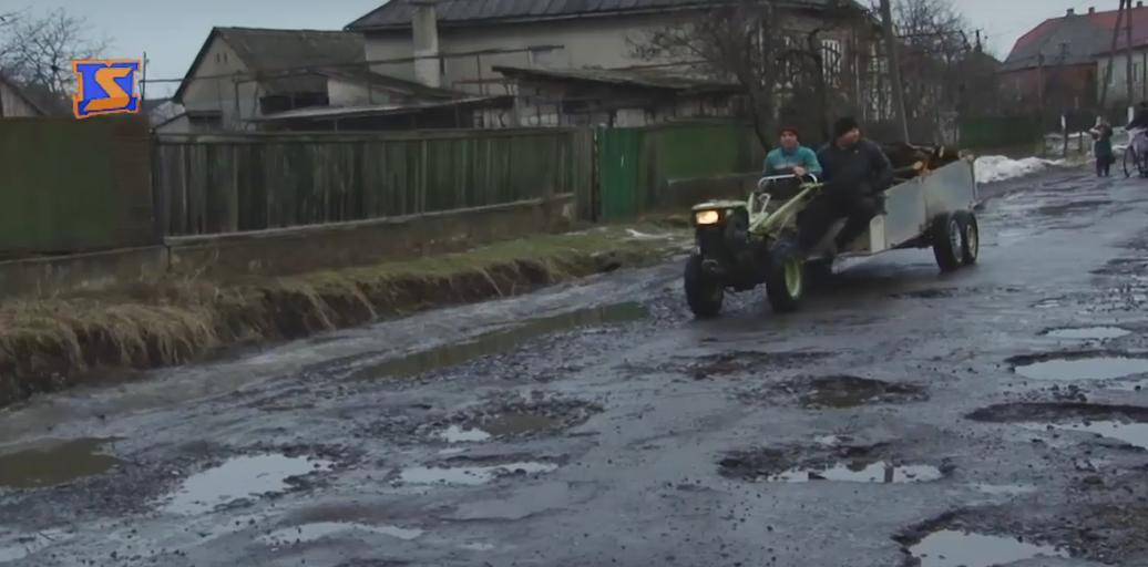 Одну яму об'їжджаєш – в іншу потрапляєш: водії скаржаться на стан доріг у селі Великі Лучки, що біля Мукачева