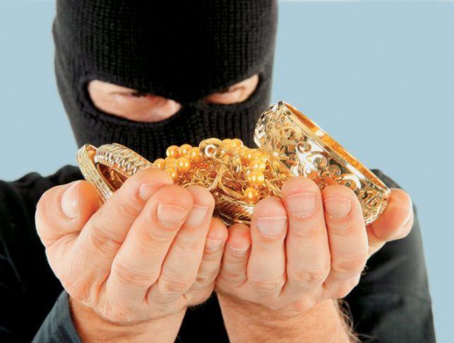 Поліція Ужгорода затримала чоловіків, які викрали в ужгородки золота на 18 тисяч гривень
