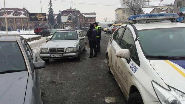 """""""Пересічників"""", які вирішили таксувати на своїх автомобілях з іноземними номерами, штрафуватимуть"""