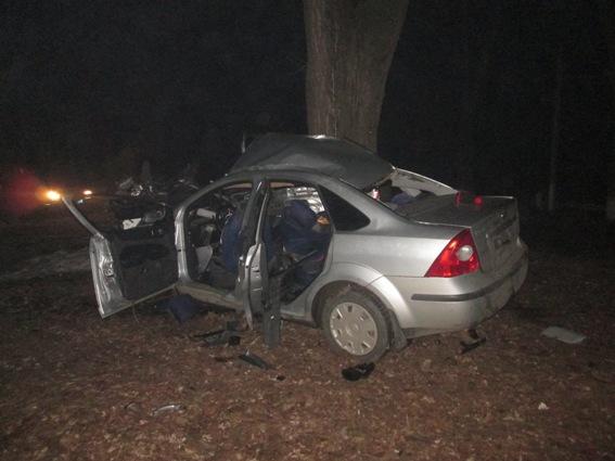 20-річний юнак врізався на своєму автомобілі в дерево: двоє пасажирів у реанімації