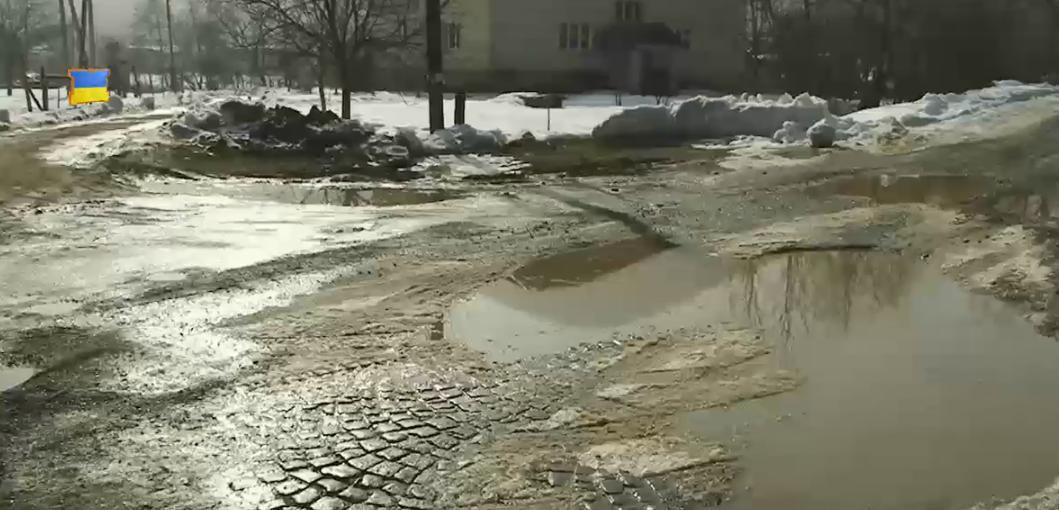 У селах Іршавщини разом зі снігом зник і асфальт: водії лають чиновників за якість доріг