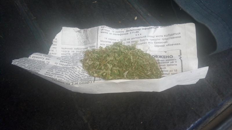 Мати знайшла у речах своєї доньки наркотики і здала її у поліцію
