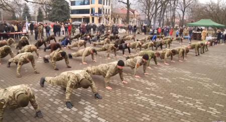 Флешмоб на підтримку військових провели у Виноградові