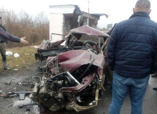 Неподалік Ужгорода водій протаранив автобусну зупинку